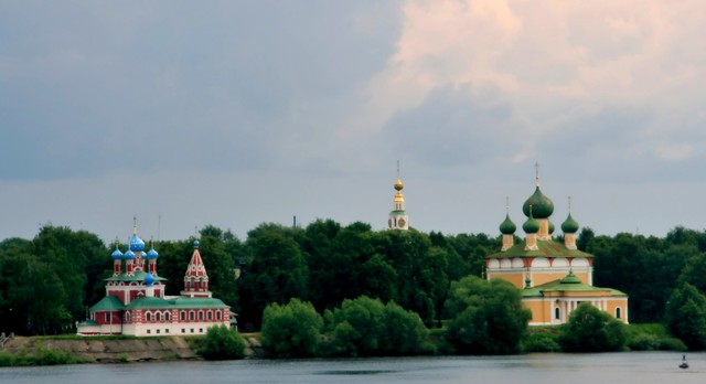 Uglich_Dimitrij_church_and_cathedral_from_riverside1